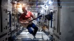 Chris Hadfield sings Space Oddity (David Bowie) in the International Space Station (ISS)